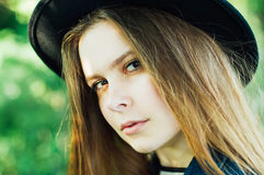 Equipamentos à moda do bohemian da mola Jovem mulher bonita com por muito tempo fotos de stock