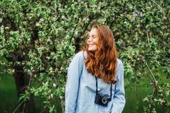 Equipamentos à moda do bohemian da mola Jovem mulher bonita com por muito tempo foto de stock royalty free