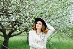 Equipamentos à moda do bohemian da mola Vestindo uma camiseta e um bla brancos fotos de stock