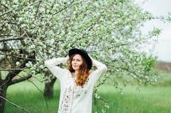 Equipamentos à moda do bohemian da mola Vestindo uma camiseta e um bla brancos fotografia de stock