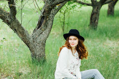 Equipamentos à moda do bohemian da mola Vestindo uma camiseta e um bla brancos fotos de stock royalty free