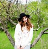 Equipamentos à moda do bohemian da mola Vestindo uma camiseta e um bla brancos imagens de stock
