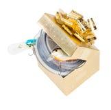 Equipamentos de pesca do presente na caixa quadrada da cor do ouro com curva Fotografia de Stock