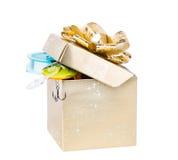 Equipamentos de pesca do presente na caixa quadrada da cor do ouro com curva Imagens de Stock Royalty Free