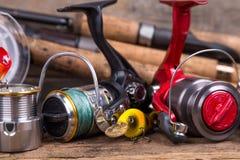 Equipamentos de pesca na placa da madeira Foto de Stock Royalty Free