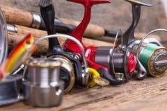 Equipamentos de pesca na placa da madeira Fotografia de Stock Royalty Free