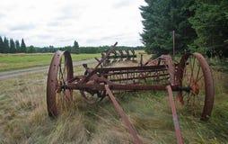Equipamiento agrícola viejo en campo Imagen de archivo libre de regalías