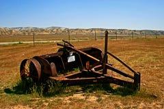 Equipamiento agrícola viejo oxidado en campo Fotos de archivo libres de regalías