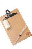 Equipamiento médico con un tablero de madera vacío para los mensajes Fotografía de archivo libre de regalías