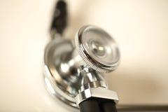 Equipamiento médico del estetoscopio en cierre de la mano del doctor para arriba fotografía de archivo libre de regalías