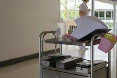 Equipamiento médico en el carro Imágenes de archivo libres de regalías