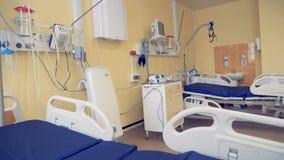 Equipamiento médico moderno y dos camas situados en una sala de hospital metrajes