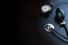 Equipamiento médico de la cardiología en la parte posterior de madera negra del fondo adentro Fotografía de archivo