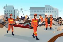 Equipas de salvamento que procuram através das construções destruídas Fotos de Stock Royalty Free