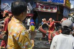 Equipe a água do tiro em povos Fotografia de Stock
