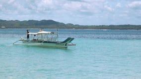 Equipe a âncora de jogo do barco branco na água limpa de turquesa video estoque