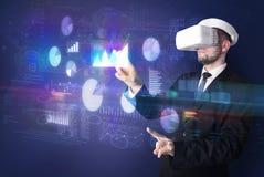 Equipe óculos de proteção vestindo de VR com cartas e relatórios Imagens de Stock