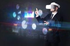 Equipe óculos de proteção vestindo de VR com cartas e relatórios imagens de stock royalty free