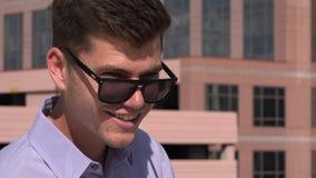 Equipe óculos de sol vestindo vídeos de arquivo