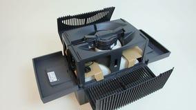 Equipe a abertura do secador do ar comprimido, demonstrando o cartucho branco do prefilter vídeos de arquivo