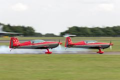 A equipe aerobatic EA-300L extra JY-RFB dos Falcons de Royal Jordanian decola na formação para uma exposição Imagem de Stock Royalty Free