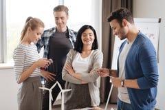Equipe agradável deleitada dos coordenadores que estão junto Imagem de Stock