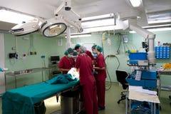 Equipe anestésica que prepara o paciente Foto de Stock
