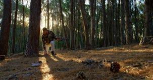 Equipe apontar com curva composta na floresta 4k vídeos de arquivo