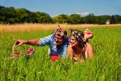 Equipe apontar em algo à mulher no campo Fotos de Stock Royalty Free