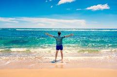 Equipe a apreciação da liberdade na água na praia Imagem de Stock