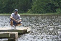 Equipe a apreciação de um dia bonito na pesca de lago Fotografia de Stock Royalty Free