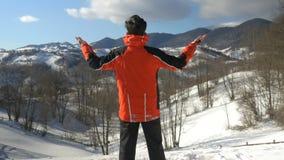 Equipe a apreciação do dia ensolarado maravilhoso na estação do inverno na parte superior das montanhas filme