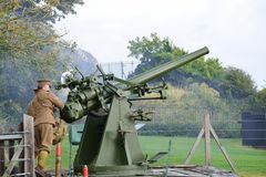 Equipe arma dos aviões da segunda guerra mundial do acendimento a anti na re-promulgação Imagens de Stock Royalty Free