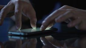 Equipe as imagens no smartphone, close-up do desdobramento, do deslizamento e zumbir dos dedos filme