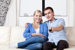 Equipe as mãos ajustadas e está indo prestar atenção ao aparelho de televisão Fotografia de Stock