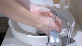 Equipe as mãos de lavagem, a torneira de abertura e o closing vídeos de arquivo