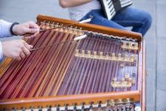 Equipe as mãos que jogam na harpa, o instrumento musical nacional ucraniano, Ucrânia Fotografia de Stock Royalty Free