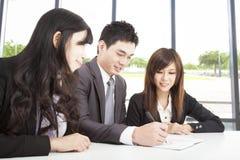 Equipe asiática do negócio