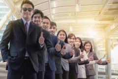 A equipe asiática nova do negócio está com confiança e orgulho T imagem de stock