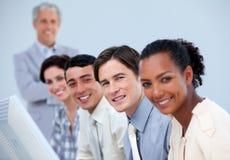 Equipe assertiva do negócio com seu alto directivo fotografia de stock
