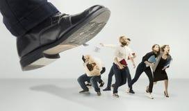 Equipe assustado e chocada de homens e de mulheres novos de negócio sob a pressão do chefe imagens de stock