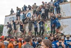A equipe ataca a parede grande na raça do extrim Foto de Stock