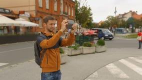 Equipe atrações em seu smartphone, turismo da cidade do película do turista, tecnologias vídeos de arquivo