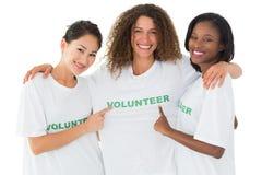 Equipe atrativa dos voluntários que sorriem na câmera imagem de stock royalty free
