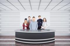 Equipe atrativa na mesa de recepção Fotografia de Stock
