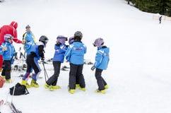 Equipe búlgara da escola do esqui do formulário das crianças Fotos de Stock Royalty Free