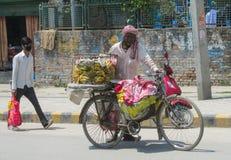 Equipe bananas da venda com a bicicleta em Nepal Foto de Stock Royalty Free