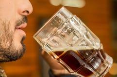 Equipe beber uma cerveja escura, álcool delicioso da fermentação das bebidas da cerveja do ofício comemoram foto de stock