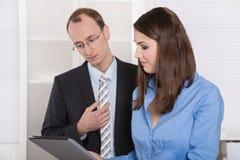Equipe bem sucedida do negócio - bons trabalhos de equipa sob o homem e a mulher Fotografia de Stock Royalty Free