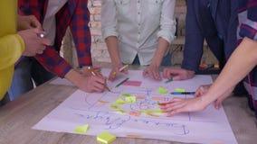 A equipe bem sucedida do negócio, mãos de colaboradores criativos do escritório aplaude durante o triunfo sobre o desenvolvimento